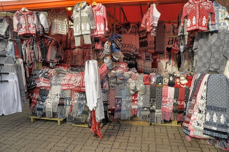 Woolen handgestrickte Kleidung in Tallinn stockfotografie