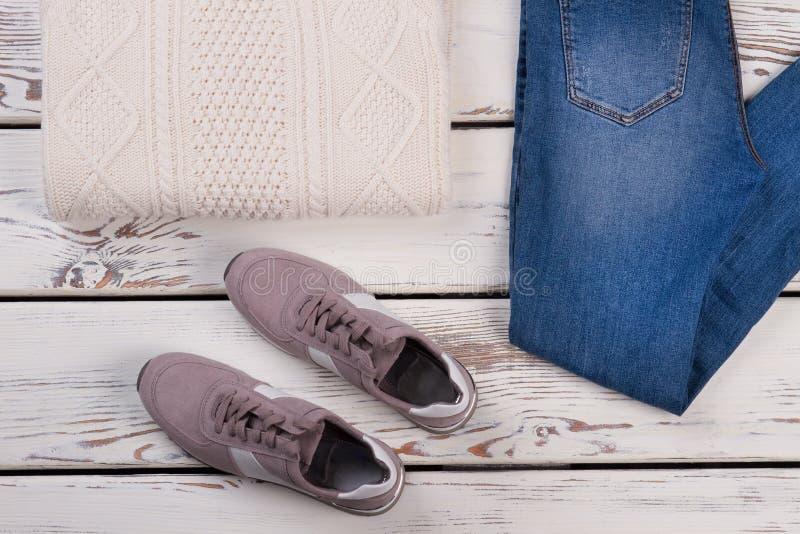 Woolen Pullover, Jeans und Turnschuhe stockbilder