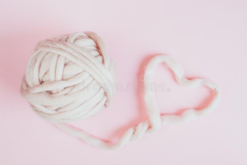 Woolen rosa Garn-Merinopastellherz stockbilder