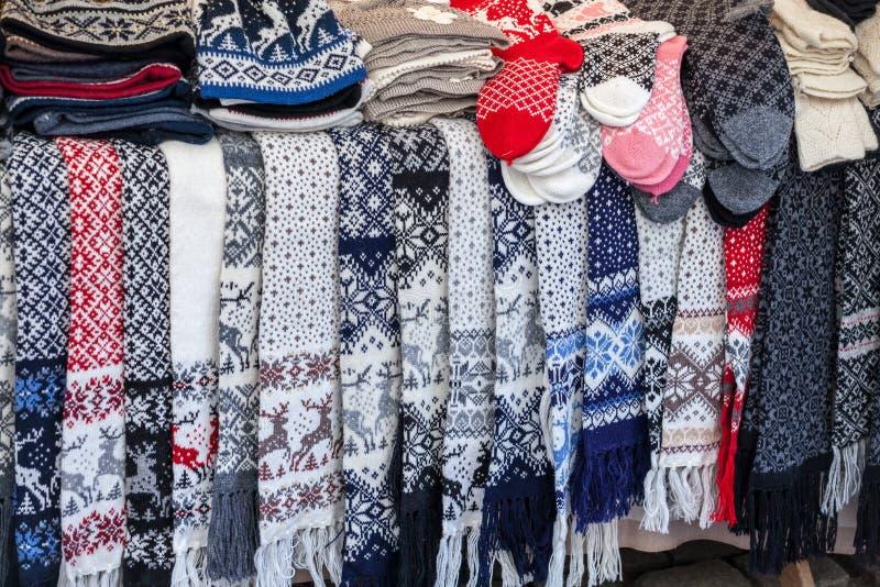 Woolen Schals, Socken und andere Kleidung stockfoto