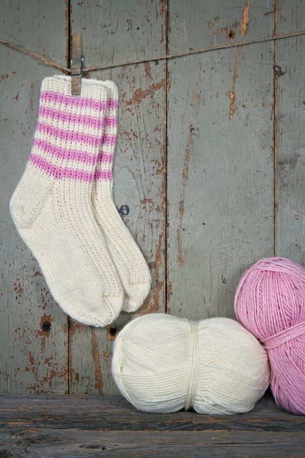 Woolen Socken in der Weinleseeinstellung lizenzfreie stockbilder