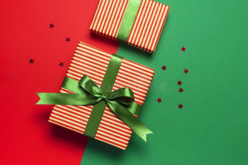 Woolen Socken mit einer Verzierung des Weihnachtsneuen Jahres auf roter flacher Lage der Draufsicht des Hintergrundes Feiertagsko lizenzfreies stockfoto