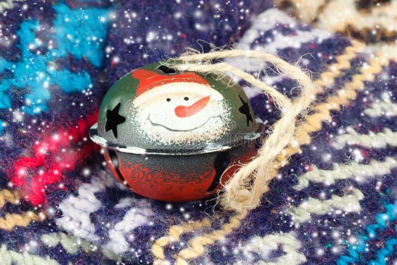 Woolen sockor som stickas vinter för julklocka arkivbild