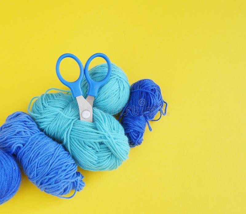 woollen blå tråd för boll Gul bakgrund övre sikt royaltyfria bilder