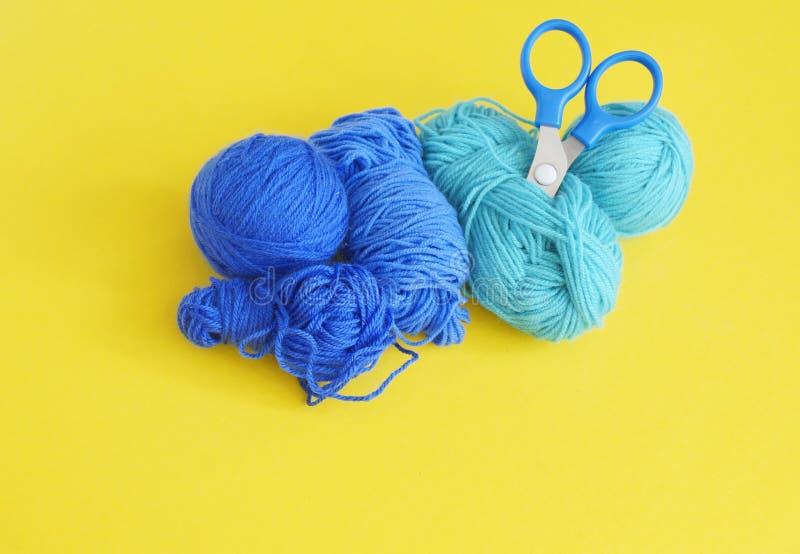 woollen blå tråd för boll Gul bakgrund övre sikt arkivbild