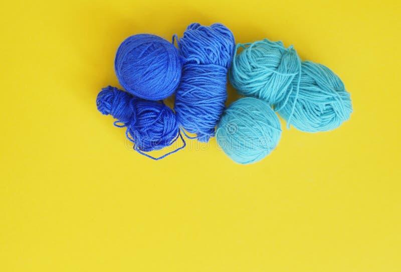 woollen blå tråd för boll Gul bakgrund övre sikt fotografering för bildbyråer