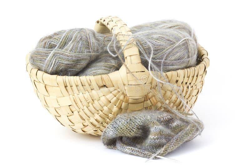 Woollen tråd och sticka. arkivbilder