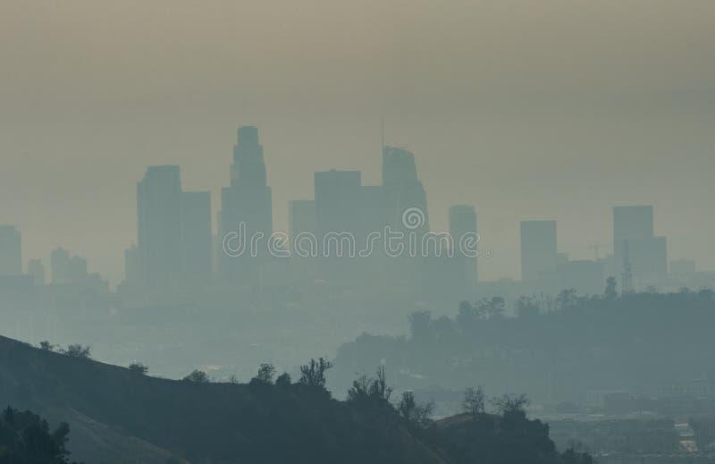 Woolsey brandrök och i stadens centrum Los Angeles horisont royaltyfri fotografi