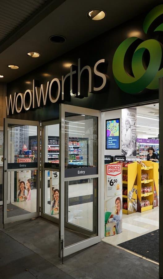 Woolworths é uma cadeia de supermercados australiana principal com as mais de 900 lojas Esta é entrada da loja da câmara municipa foto de stock