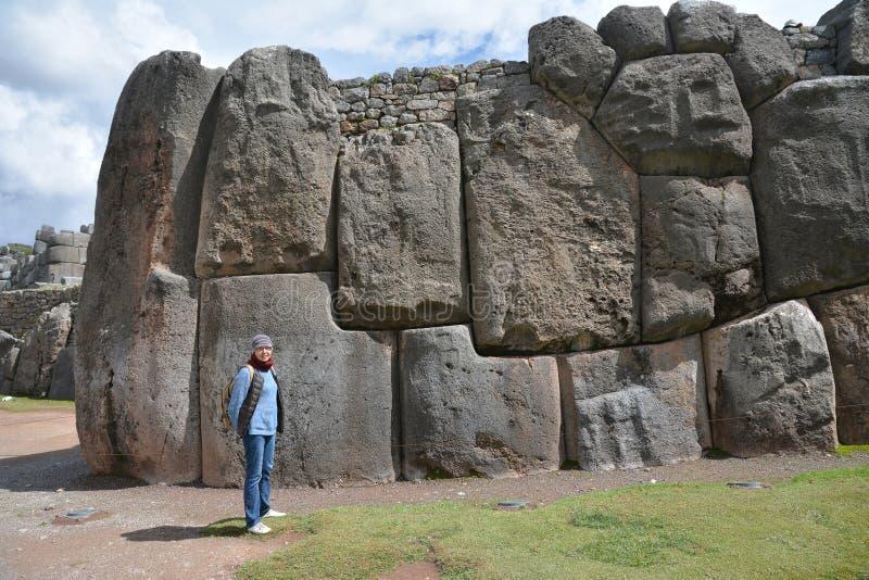 Wooman和Sacsayhuaman废墟,库斯科省,秘鲁 免版税库存图片