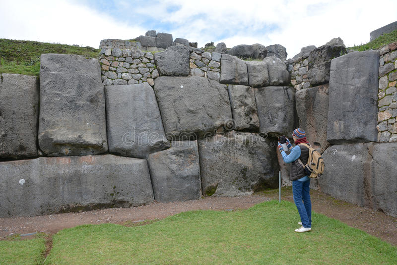Wooman在Sacsayhuaman废墟的作为foto,库斯科省,秘鲁 免版税库存照片
