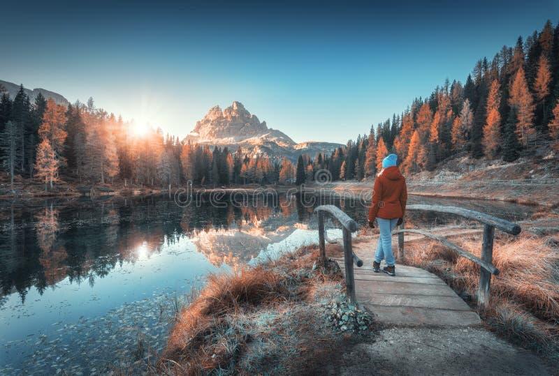 Wooman joven en el peque?o puente de madera contra el lago fotografía de archivo