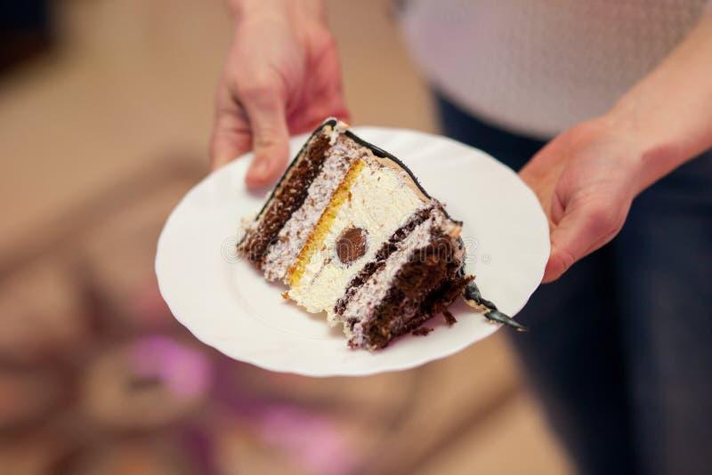 Wooman tenant le morceau de gâteau de plat images stock