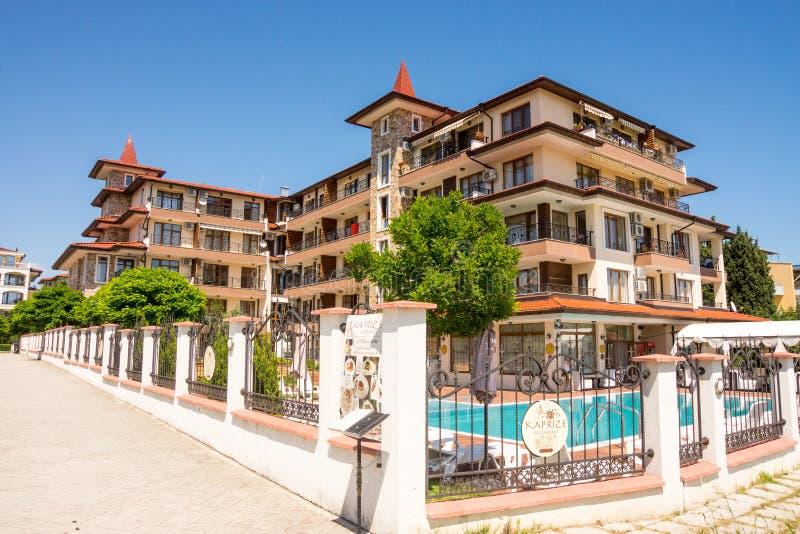 Woon complex met een zwembad in het dorp van Ravda in Bulgarije royalty-vrije stock afbeelding