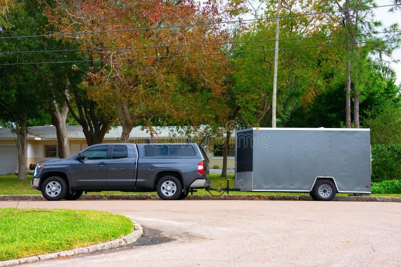 Woon het werkvrachtwagen met een aanhangwagen voor gazononderhoud en bouw royalty-vrije stock fotografie
