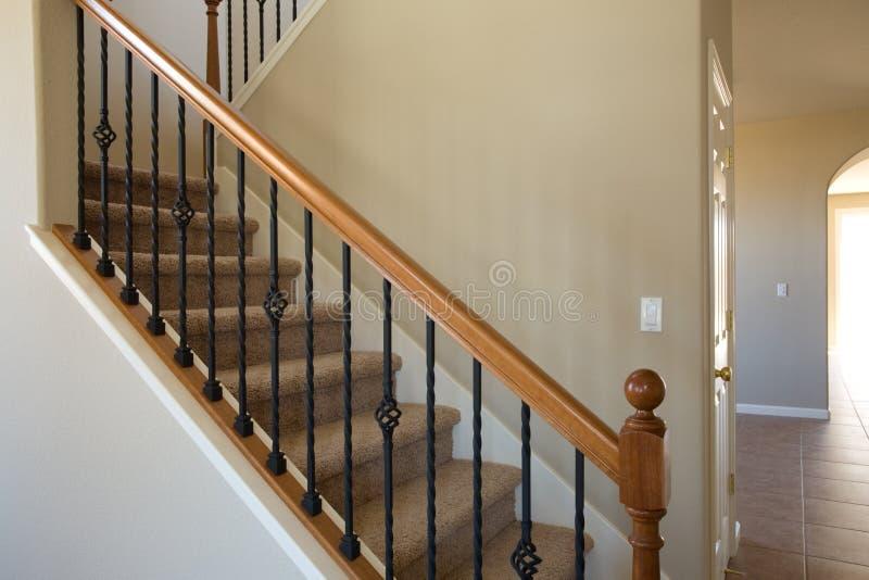Woon huis nieuw ijzer en houten trappenhuis stock foto's
