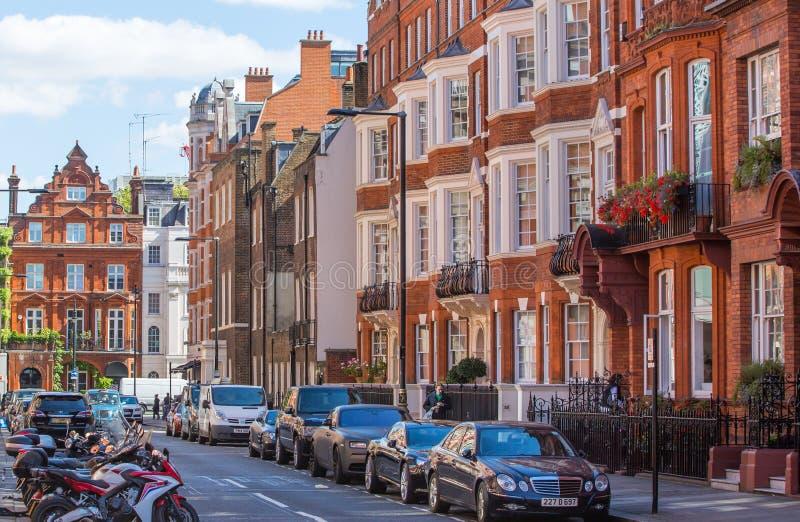 Woonaria van Mayfair met rij van periodieke gebouwen Luxebezit in het centrum van Londen stock foto's