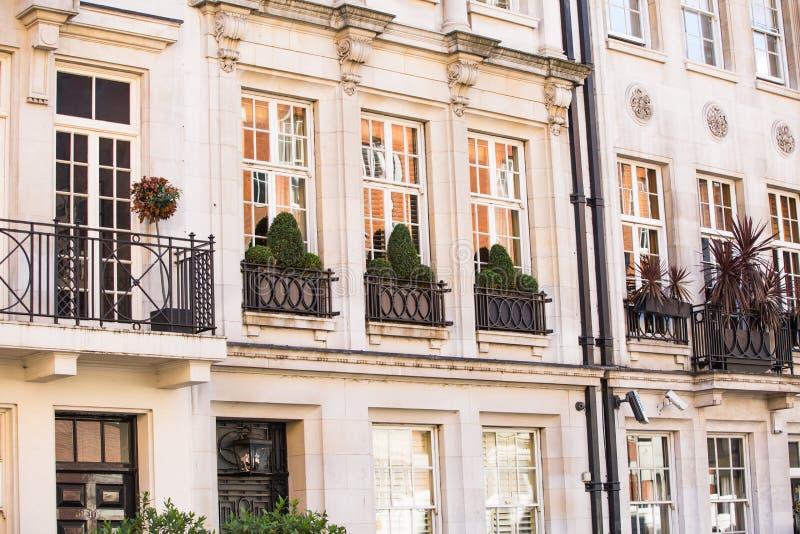 Woonaria van Mayfair met rij van periodieke gebouwen Luxebezit in het centrum van Londen royalty-vrije stock fotografie