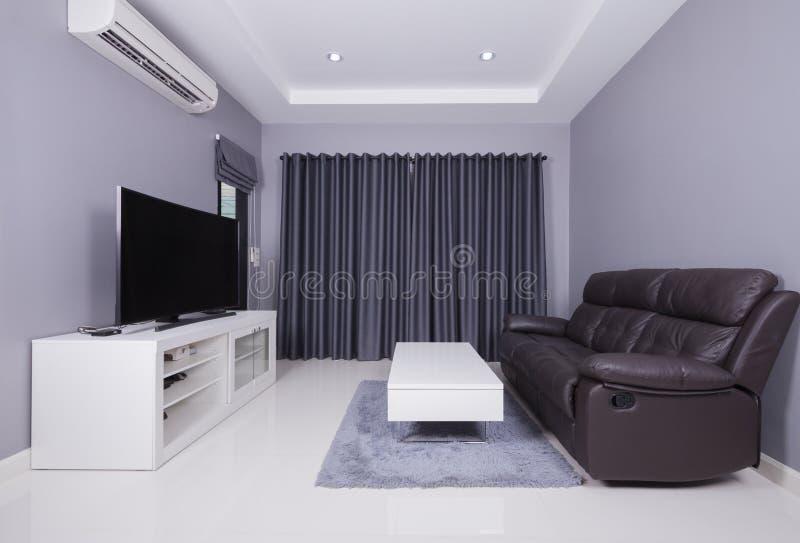 Woonbinnenland van moderne woonkamer met bank en TV royalty-vrije stock fotografie