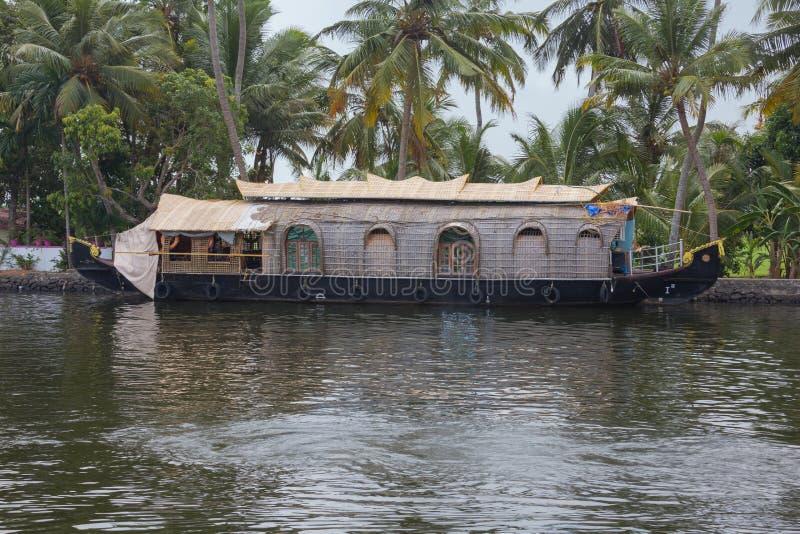 Woonboot op de bank van een kanaal wordt vastgelegd dat royalty-vrije stock foto