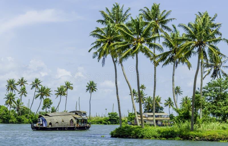 Woonboot op de binnenwateren van Kerala stock foto