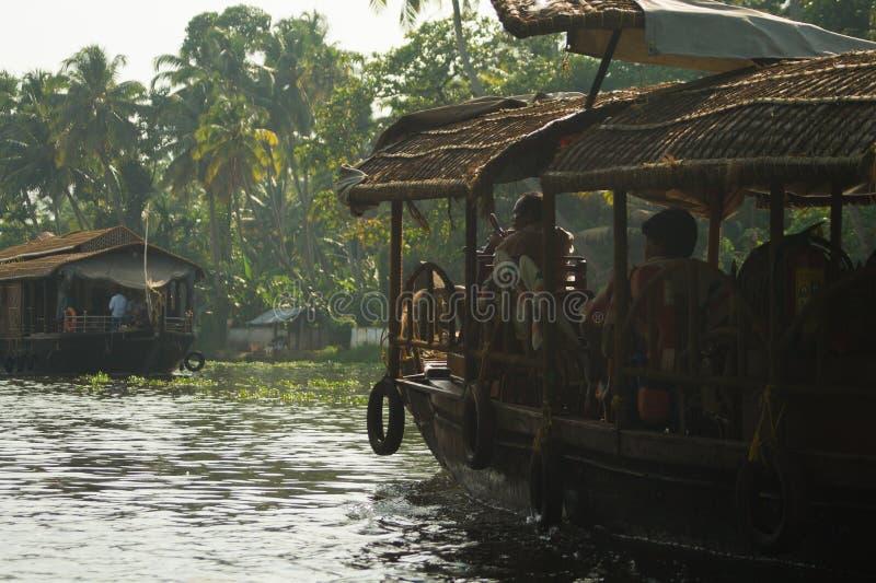 Woonbootexploitant op de Binnenwateren van Kerala stock foto's