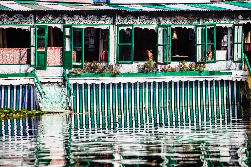 Woonboten, de drijvende luxehotels in Dal Lake, Srinagar.India stock afbeeldingen