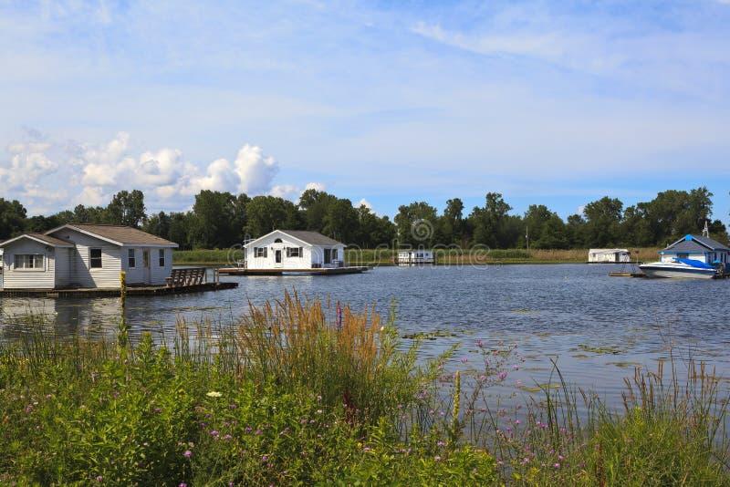 Woonboten en drijvende huizen op Meer Erie Pennsylvania stock foto's
