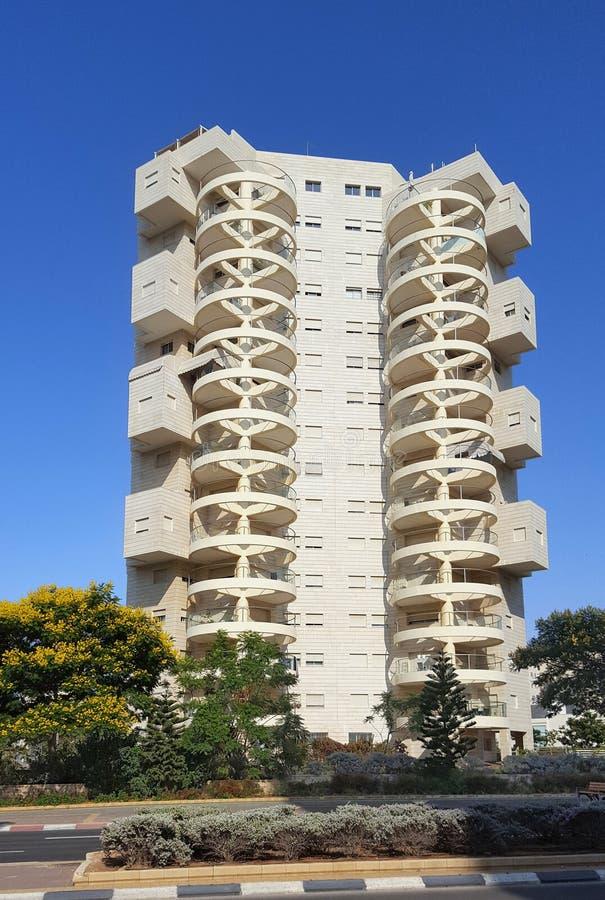 Woondiehuis Met meerdere verdiepingen en multi-flat, in een moderne architecturale die traditie wordt uitgevoerd in de stad van H stock foto's