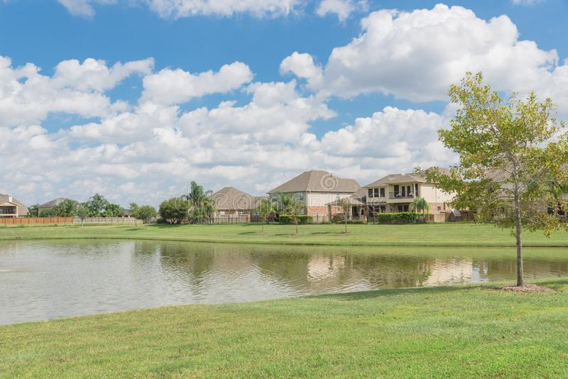 Woonhuizen door het meer in Pearland, Texas, de V.S. stock foto