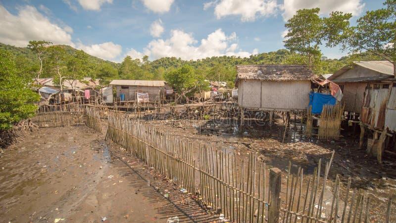 Woonhuizen in het slechte district van de stads` s Kroon Busuanga Meningen van de stads` s Krottenwijken van de rivier stock foto's