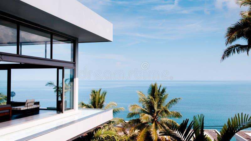 Woonkamer in de moderne villa met overzeese mening, schot van buiten royalty-vrije stock fotografie