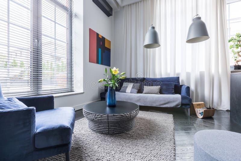 Woonkamer met bekleed meubilair royalty-vrije stock afbeeldingen
