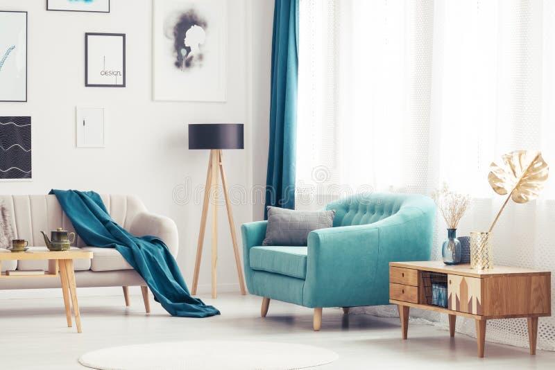 Woonkamer met blauwe leunstoel royalty-vrije stock afbeelding