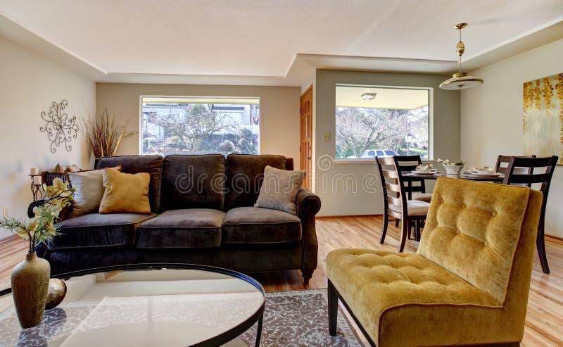 Woonkamer met bruine bank en gele stoel stock afbeelding for Stoel woonkamer