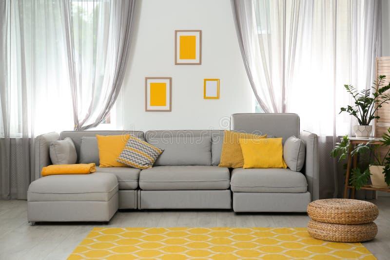 Woonkamer met comfortabele bank en modieus decor Idee voor binnenland stock foto