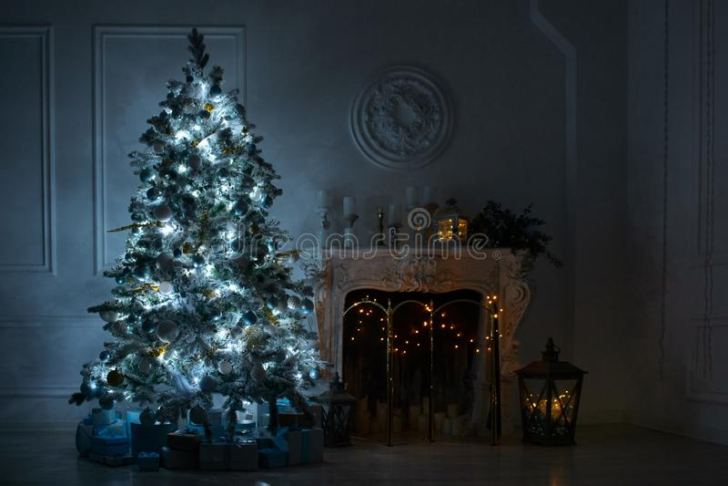 Woonkamer met een open haard en een grote Kerstboom met GIF royalty-vrije stock fotografie