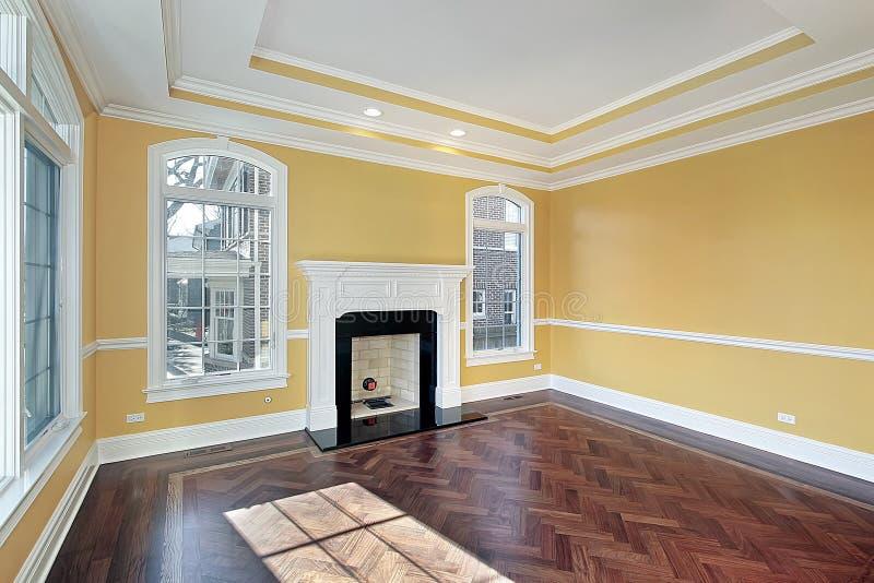 Woonkamer met gele muren stock foto. Afbeelding bestaande uit laag ...