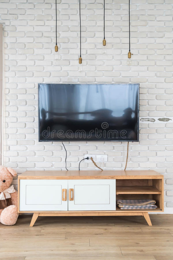 Woonkamer Met Geleide TV Op Bakstenen Muur En Houten Lijst Stock ...