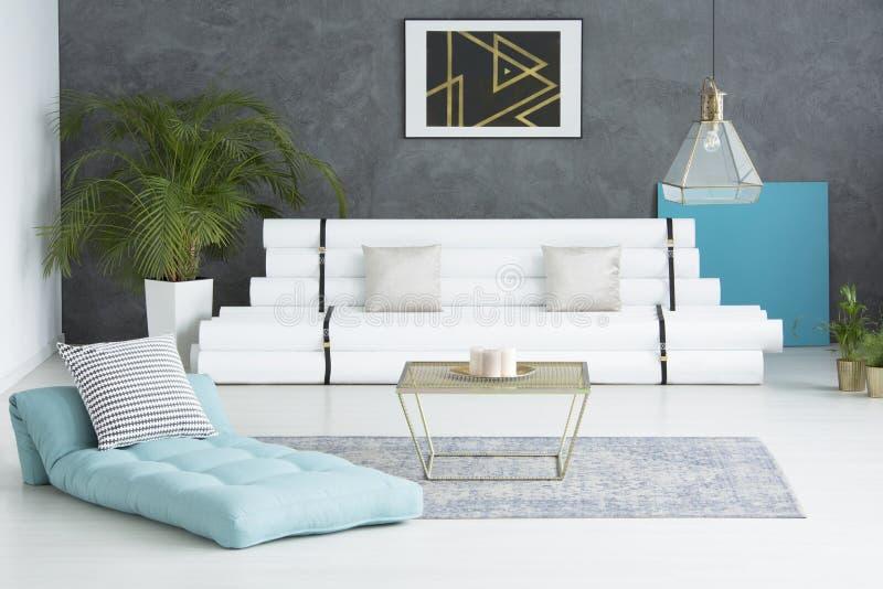 Woonkamer met gerecycleerd meubilair stock foto