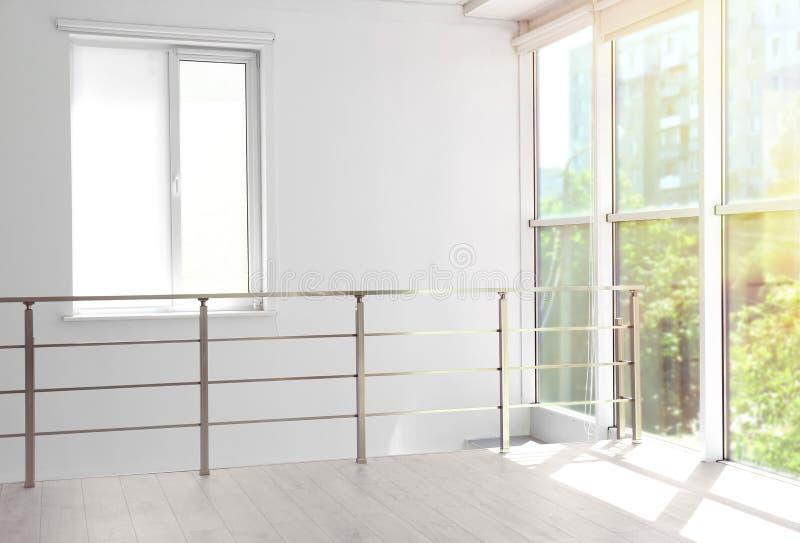 Woonkamer met groot mooi venster Modern Binnenlands ontwerp stock afbeeldingen
