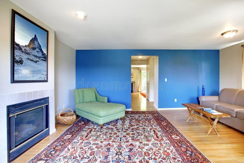 Woonkamer Met Heldere Blauwe Muur Stock Afbeelding - Afbeelding ...