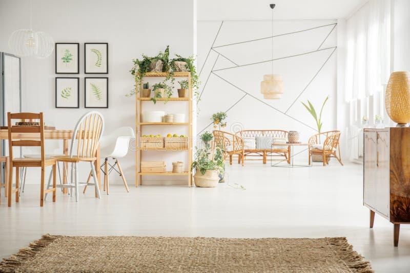 Woonkamer met houten meubilair royalty-vrije stock foto's