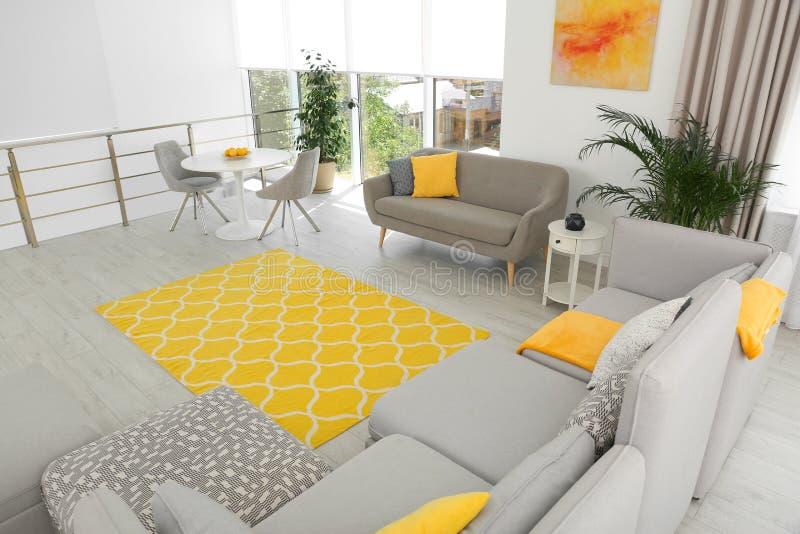 Woonkamer met modern meubilair en decor Kleurenideeën voor binnenland stock foto's