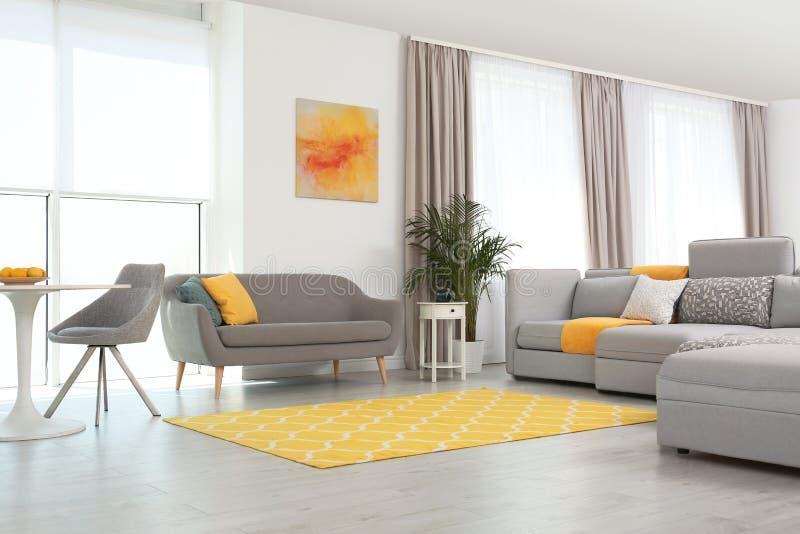 Woonkamer met modern meubilair en decor Kleurenideeën voor binnenland stock foto
