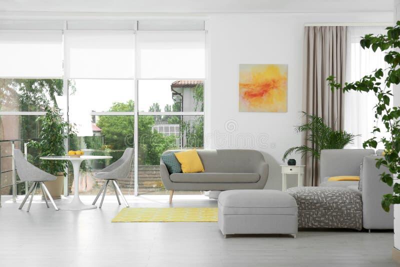 Woonkamer met modern meubilair en decor Kleurenideeën voor binnenland royalty-vrije stock afbeeldingen