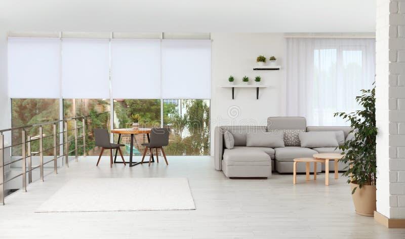 Woonkamer met modern meubilair en modieus decor royalty-vrije stock foto's