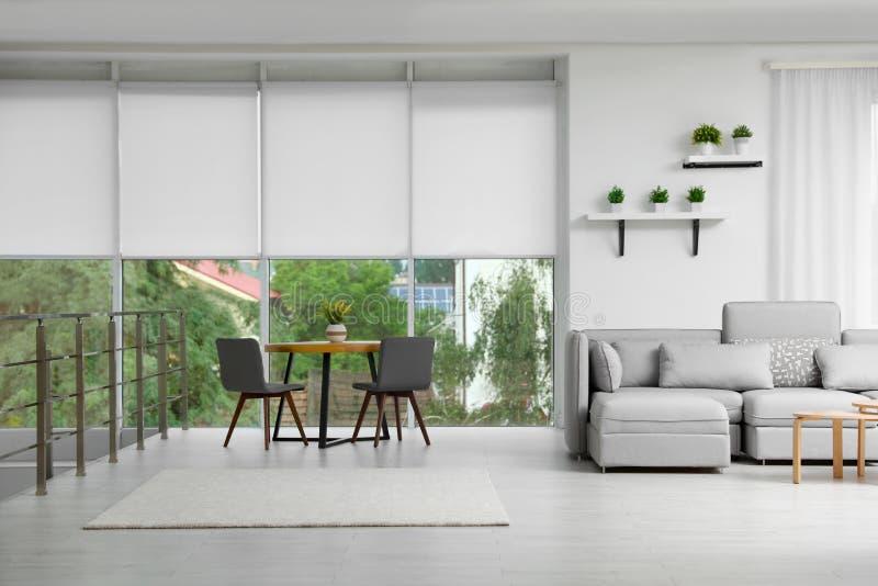 Woonkamer met modern meubilair en modieus decor royalty-vrije stock fotografie