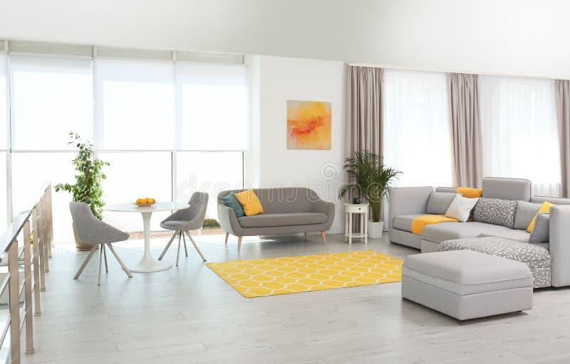 Woonkamer met modern meubilair en modieus decor royalty-vrije stock foto