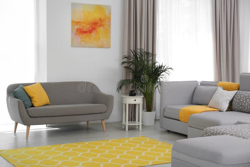 Woonkamer met modern meubilair en modieus decor royalty-vrije stock afbeeldingen